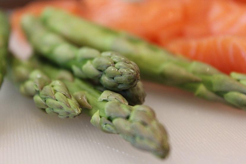 Hot Salma med asparges og nudler