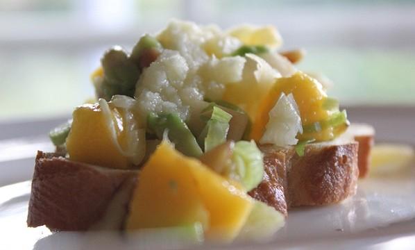 Eple- og mangosalat på sprø bunn