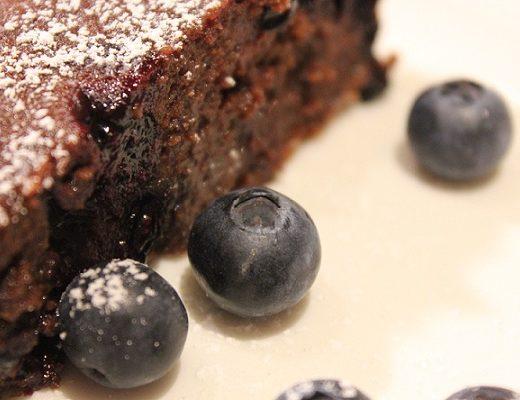 Djevelsk god brownie med chili og blåbær
