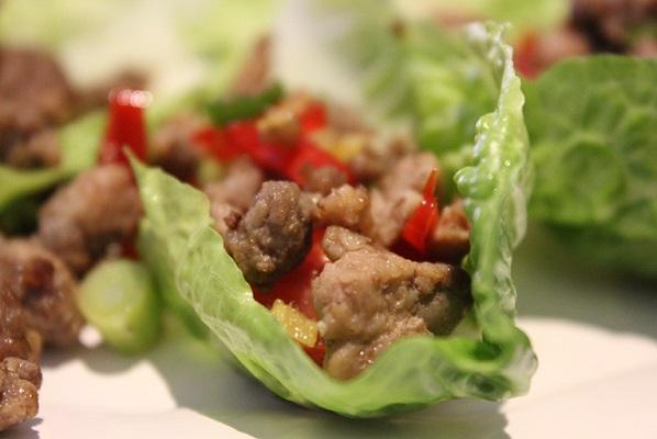 Fyrrig kjøtt på hjertesalat