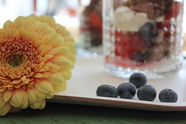 Festdessert med bær og sjokolademousse