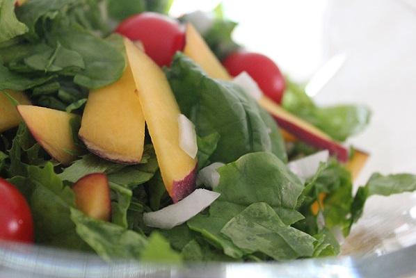 Enkel salat med nektarin