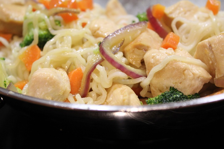 Kylling og nudler i wok