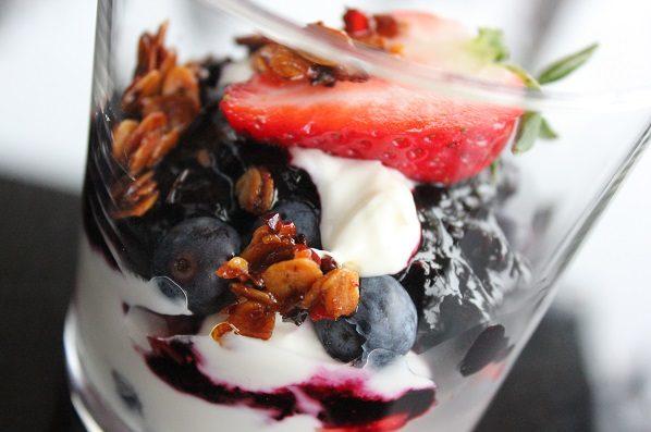Gresk yoghurt med baer og crunch