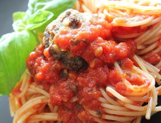 Spaghetti med tomatsaus og parmesanboller