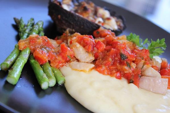 Kyllingfilet med potetmos, ovnsbakt portobello, stekt asparges og paprikasalsa
