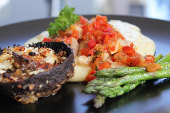 Kyllingfilet med potetmos, ovnsbakt portobello, stekt asparges og paprikasalsa2