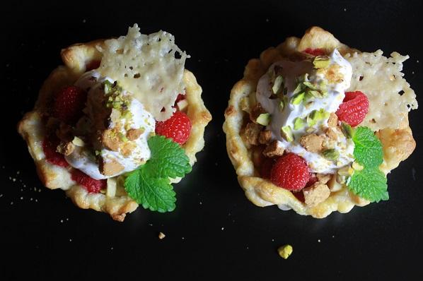 Ovnsbakte epler og bringebar i butterdeig