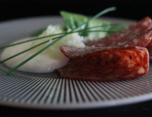 Forrett med reinsdyrpølse, revet fennikel og Nýr med revet pepperrot