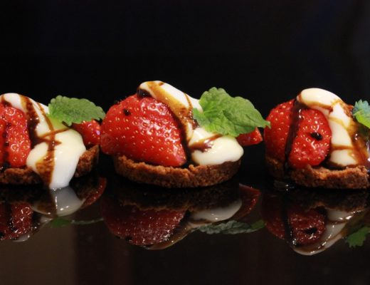 Pepperkake- og brunostbunn med jordbar og nyr toppet med lakris