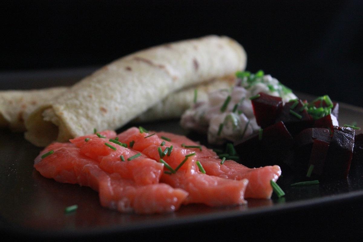 Rakfisk og hjemmelagde potetlefser med rodbeter og loksalat