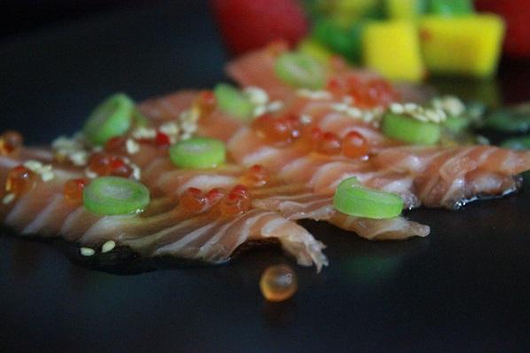 Sashimi med soyasaus og mangosalat