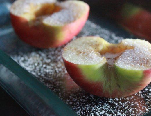 Ovnsbakt eple med romkaramell og yoghurt naturell