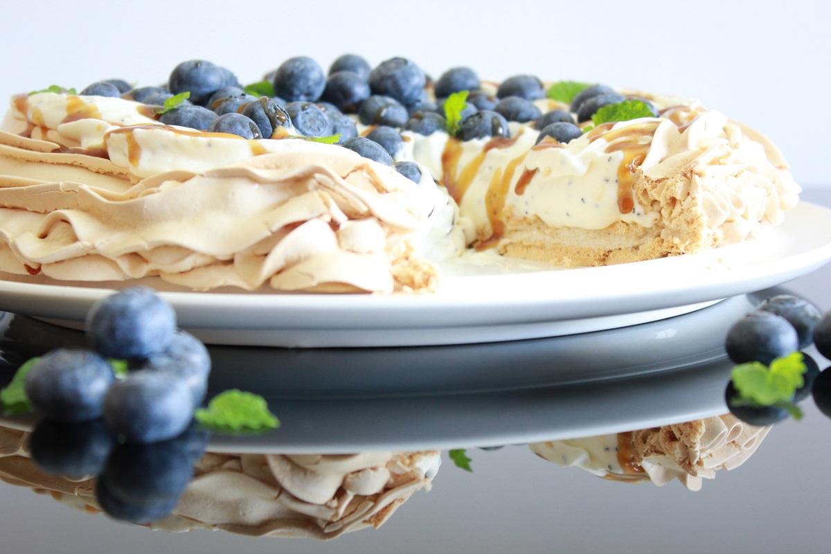 Pavlova med ostekrem, valmuefrø og blåbær