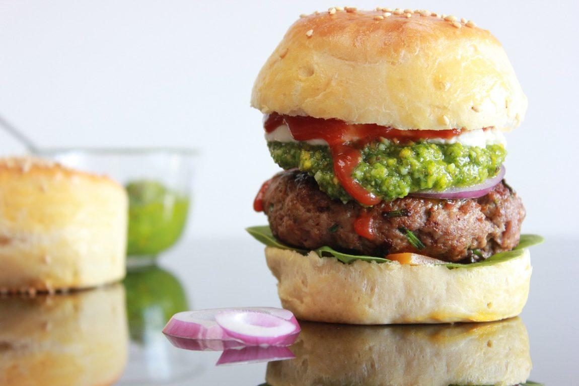 Hamburger med avocado og gressløk