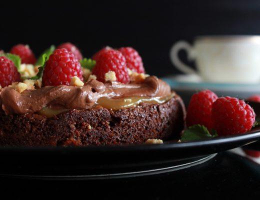 Seig sjokoladekake med karamell, sjokoladekrem og stekt hvit sjokolade