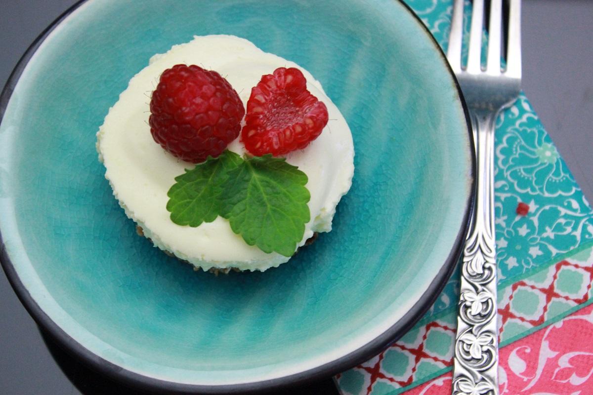 Dessert - bringebar- og ostemousse på mandelbunn