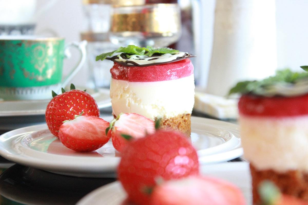 Dessert - brunostbunn med ostemousse og jordbær