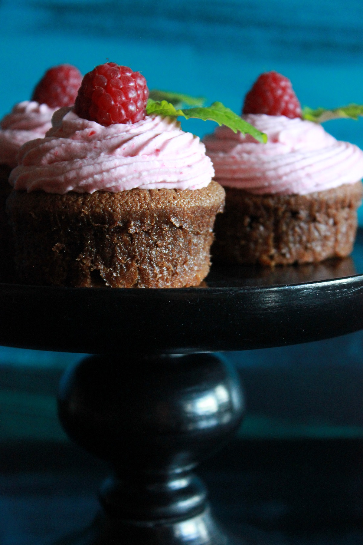 Deilige sjokolade- og bringebærmuffins med frisk bringebærkrem