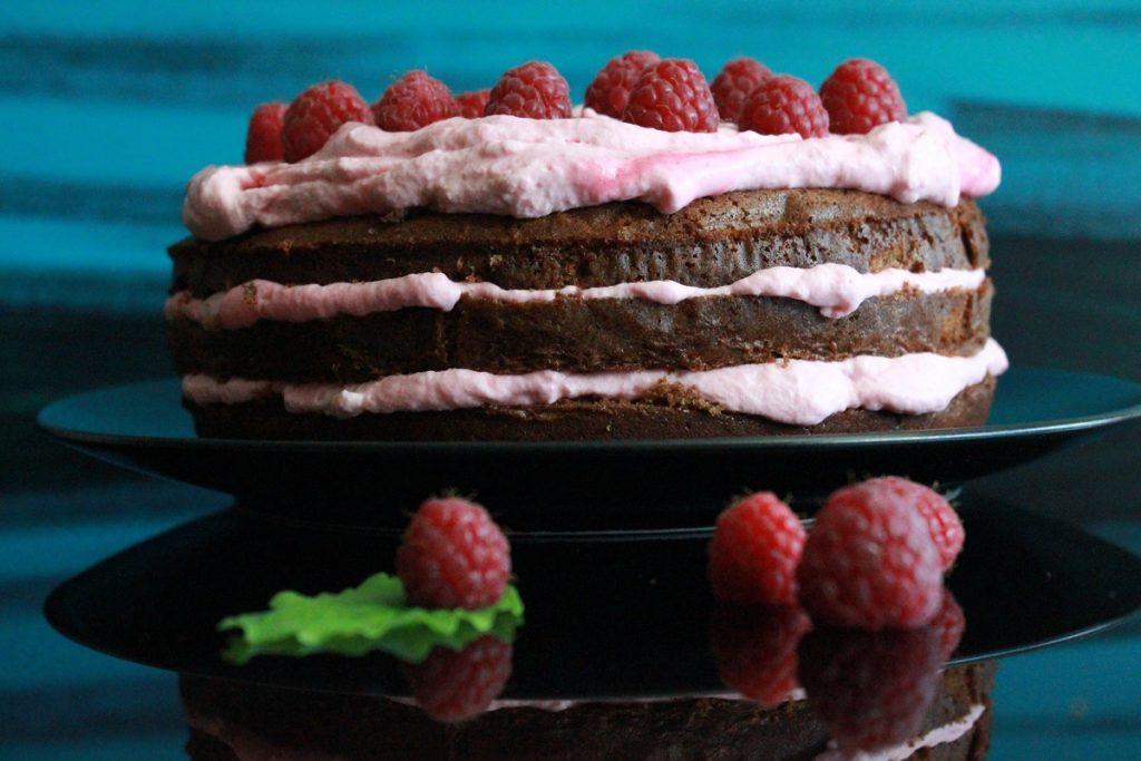 Sjokoladekake-med-frisk-bringebarkrem