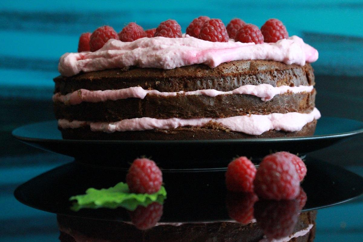Deilig sjokoladekake med frisk bringebærkrem