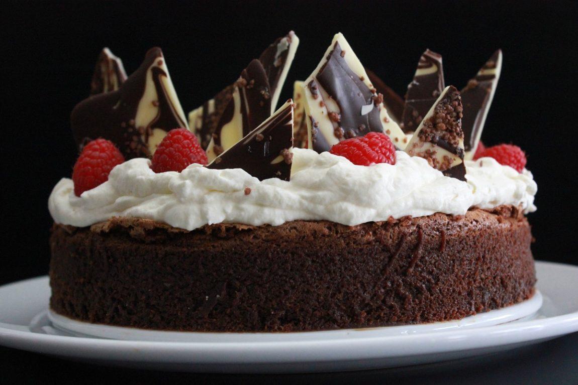 melfri-sjokoladekake-med-sjokoladebrekk