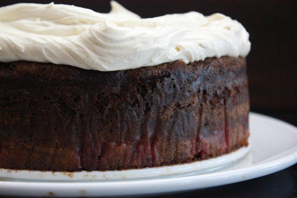 Sjokoladekake med bringebar og ostekrem med sjokolade og ingefar