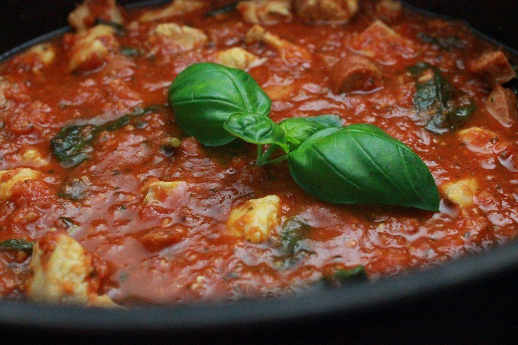 Tomatsaus med kylling og chorizo