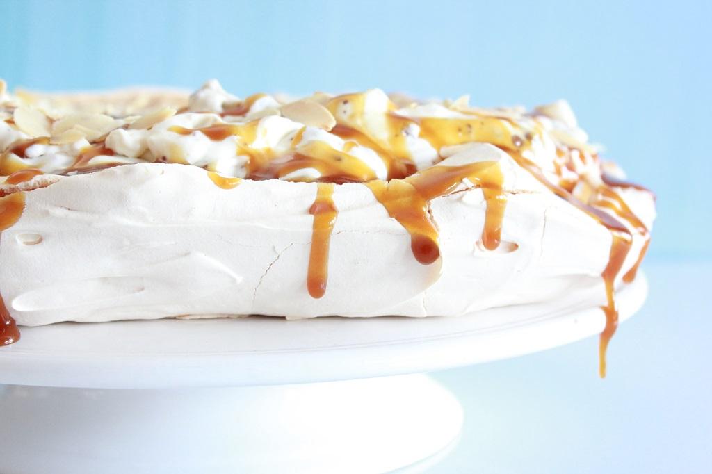 Pavlova med sjokolade karamell og banan - banoffee pavlova