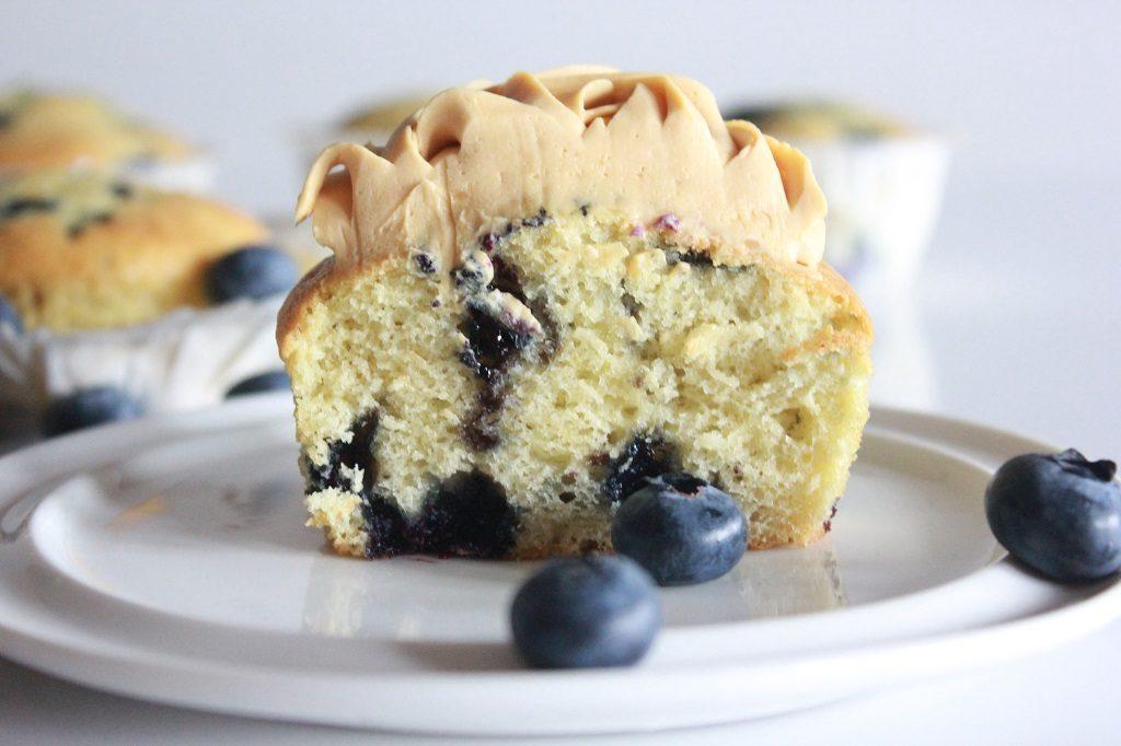 Blåbærmuffins - muffins med blåbær og brunostkrem