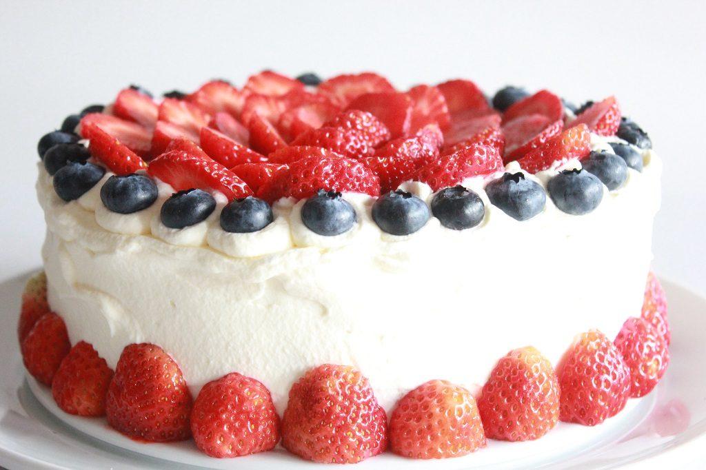 Rullekake med blåbær servert som bløtkake