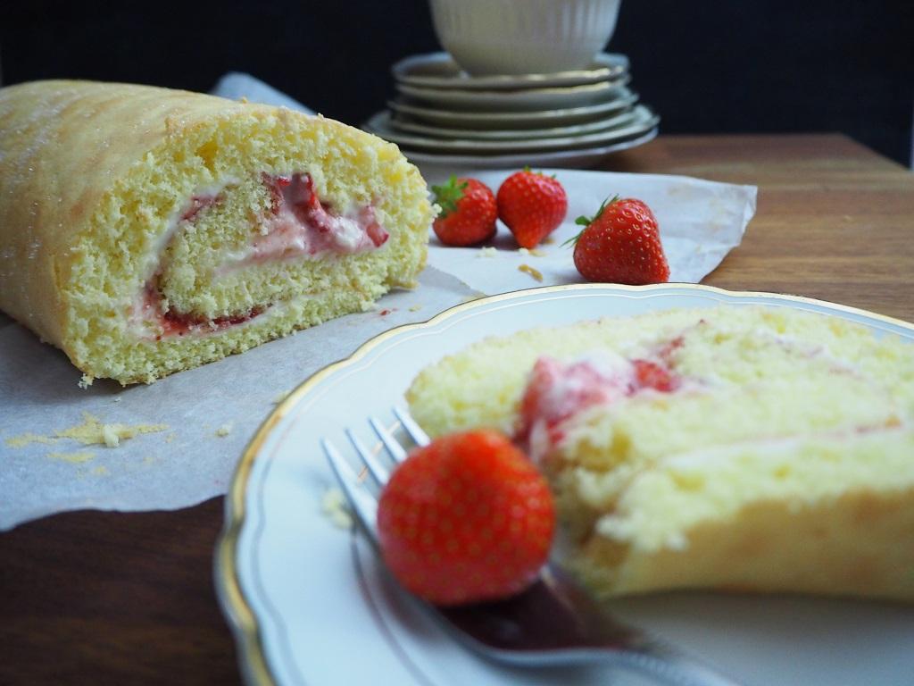 Rullekake med ostekrem og jordbær - Rullekake med smak av ostekake