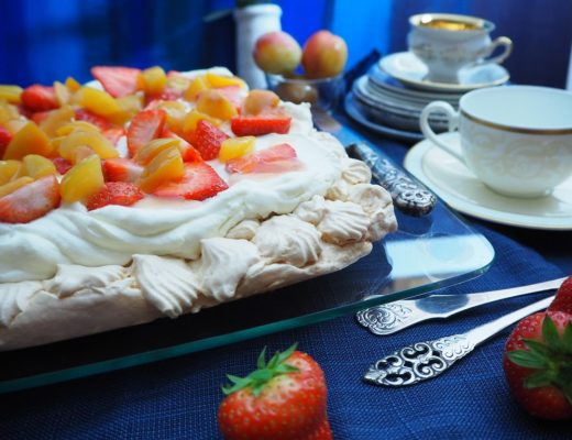 Pavlova med vaniljekrem, lime, plomme og jordbær