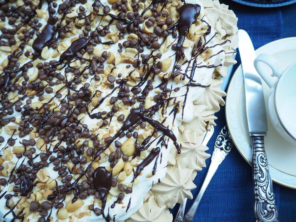 Pavlova langpanne - med krem, sjokoladesaus, peanøtter og daim