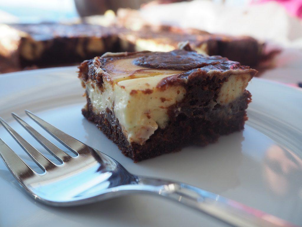 Brownie med vaniljeostekrem