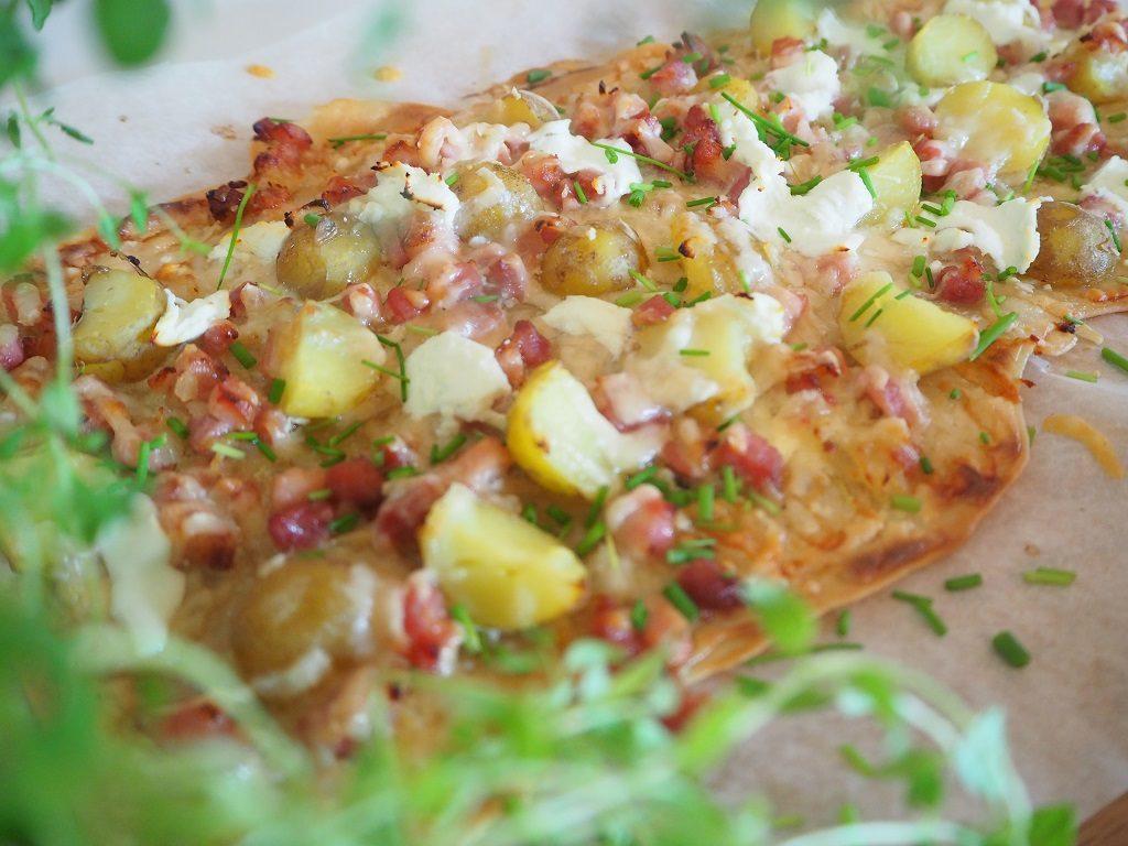 Flammkuchen med potet bacon og løk - flammkuchen mit kartoffel bacon und zwiebeln