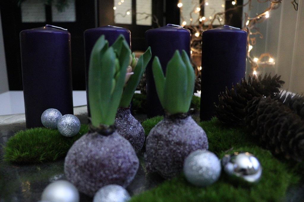 Adventsdekorasjon - juledekorasjon med mose kongler lys og svibler