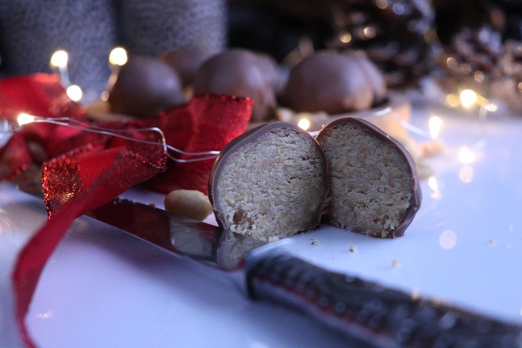 Peanøttkuler - sjokoladekuler med peanøttfyll