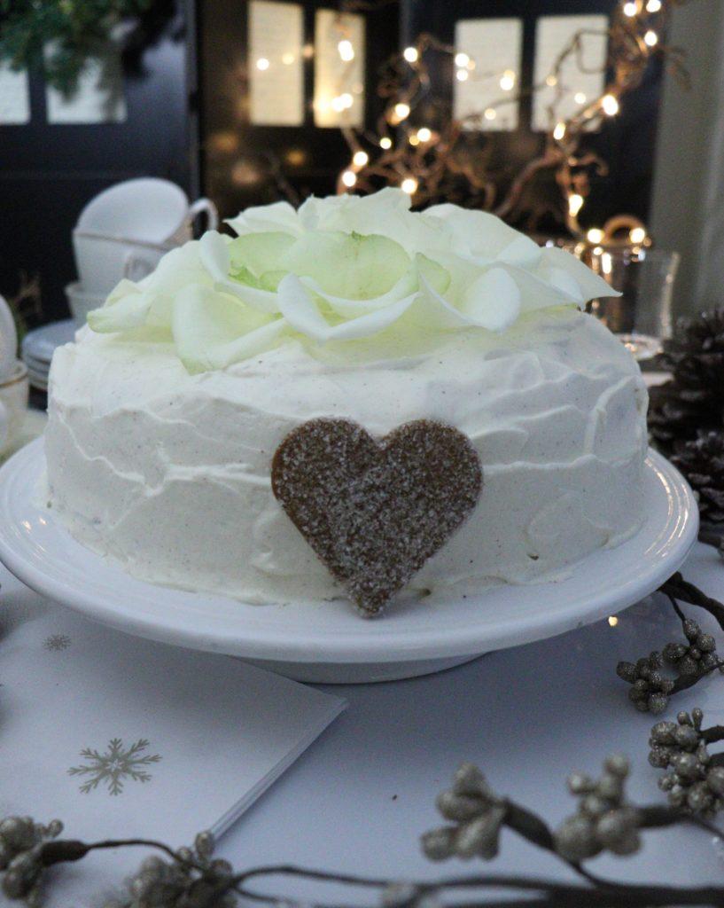 Sjokoladekake med julesmak - fylt med appelsinsyltetøy og pyntet med kronblader fra rose