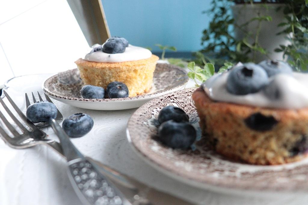 Vaniljemuffins og blåbærmuffins - muffins med blåbærostekrem - blåbærkrem