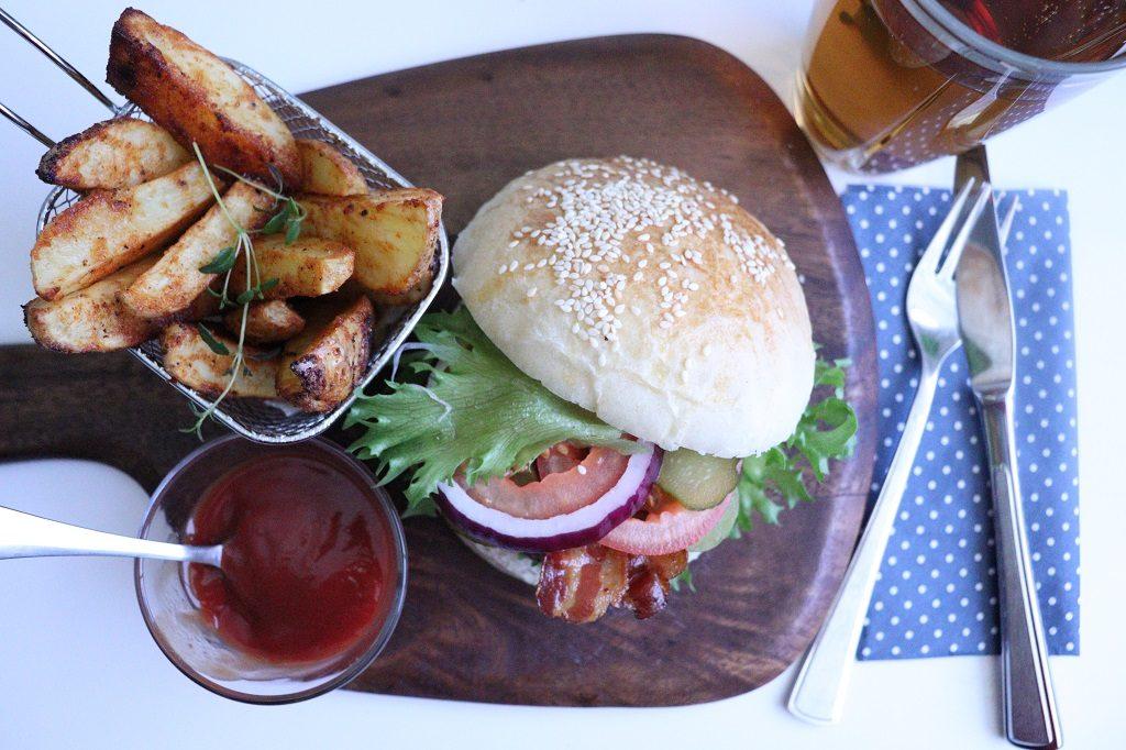 Hamburger - ovnsbakte poteter - hamburgerbrød - Tove Holter - Idefull - Bremykt flytende