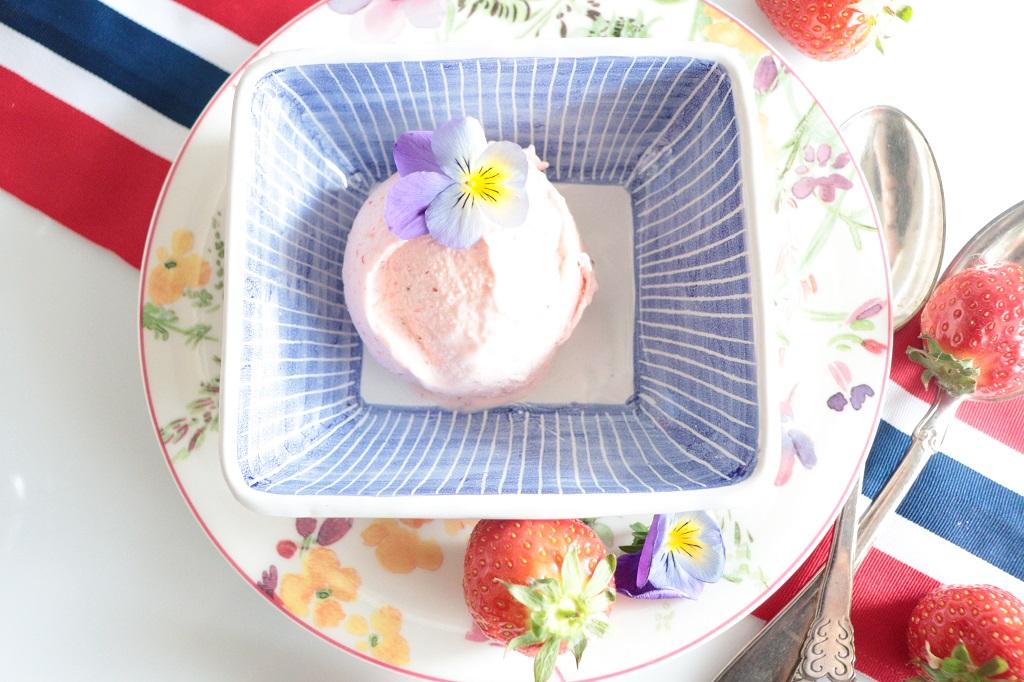Hjemmelaget iskrem med jordbær - jordbæriskrem - Tove Holter - Toves matglede - idefull