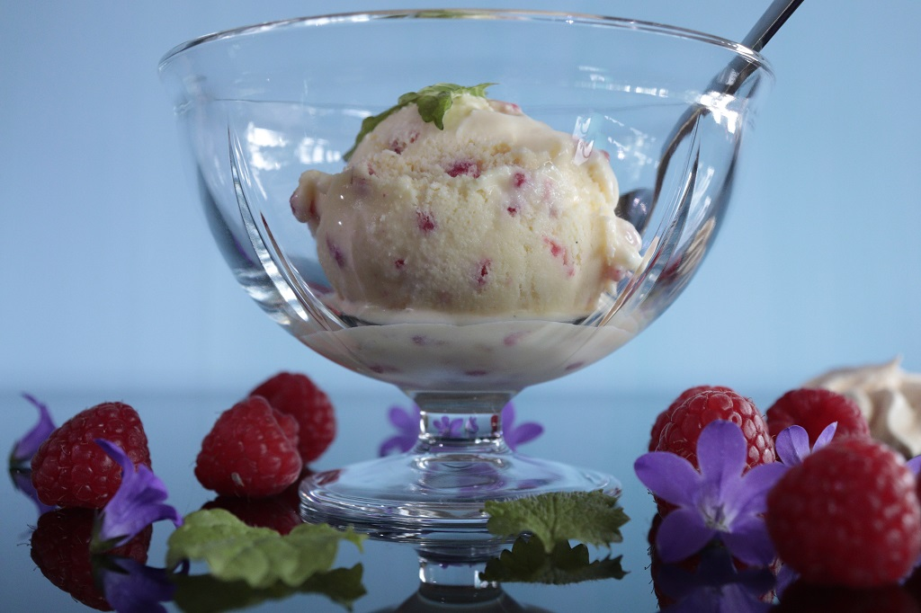 Hjemmelaget iskrem med bringebaer og revet marsipan - Oppskrift Idefull - Inspirert av Tove Holter